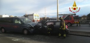 Incidente in corso Europa: Mini salta lo sparti traffico e invade la corsia opposta